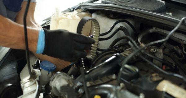 Αλλαγή ιμάντα χρονισμού Μηχανικός που αλλάζει ιμάντα χρονισμού στην μηχανή αυτοκινήτου